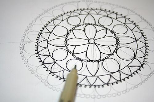 Completa las formas con círculos mandala